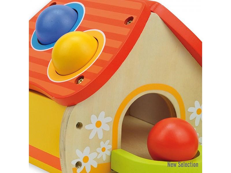 Дървена къща с чукче и топки